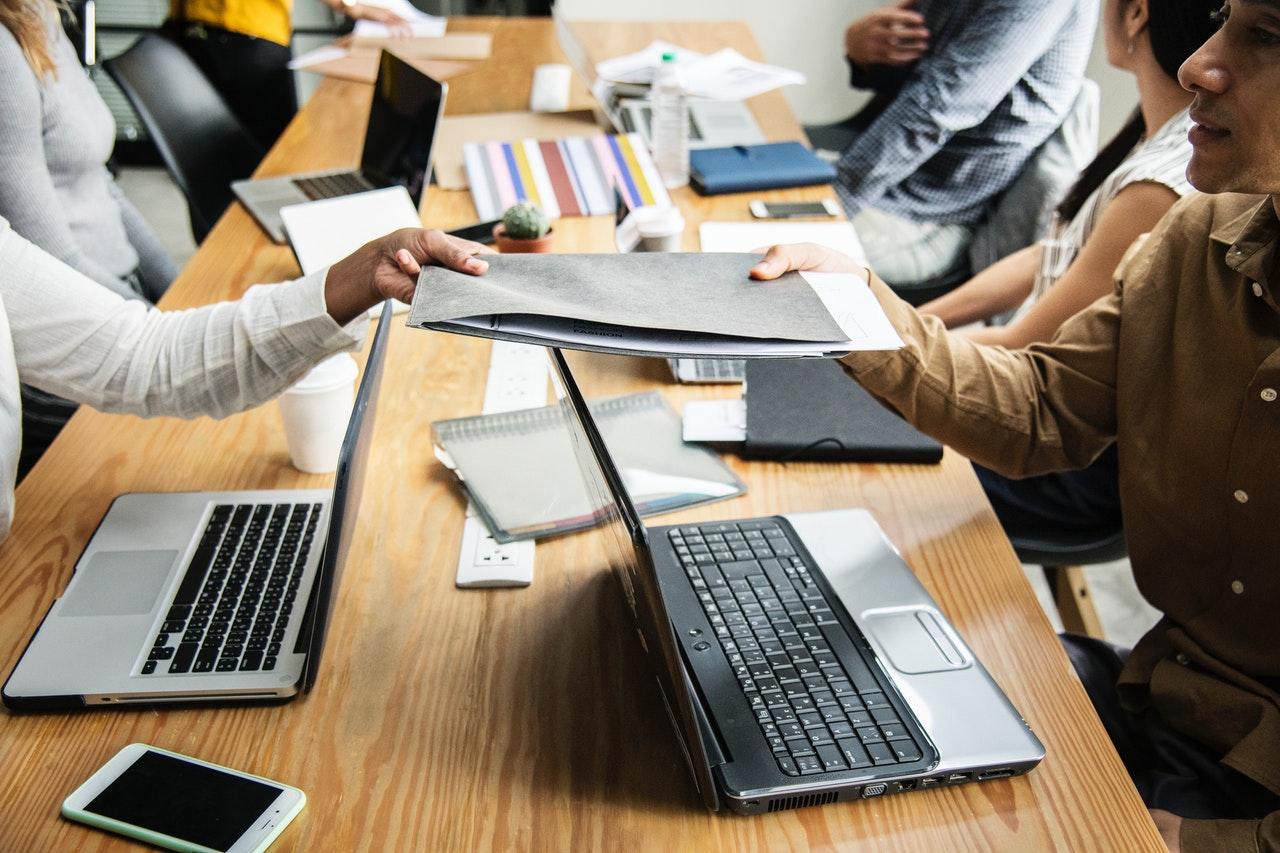 17. Mediu - advice-colleagues-communication-1161465