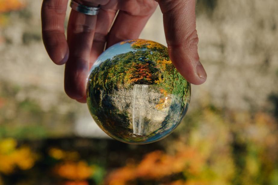 om care tine un glob în mână